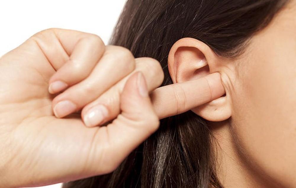 Việc dùng những vật cứng này ngoáy tai sẽ làm vùng tai giữa bị tổn thương và đưa vi khuẩn vào gây viêm nhiễm tai giữa, nguy hiểm hơn là mất đi hoàn toàn thính giác. Baomoi.com)