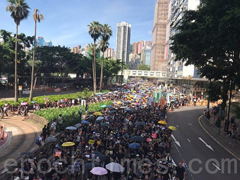 Đoàn diễu hành của Mặt trận Nhân quyền Dân sự cất bước từ công viên Victoria.