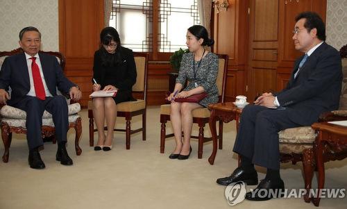 Bộ trưởng Tô Lâm (trái) trong cuộc gặp Thủ tướng Lee Nak-yon hôm 8/7. Ảnh: Yonhap.