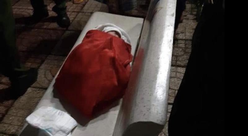 Bé gái sơ sinh bị bỏ rơi ở ghế đá công viên