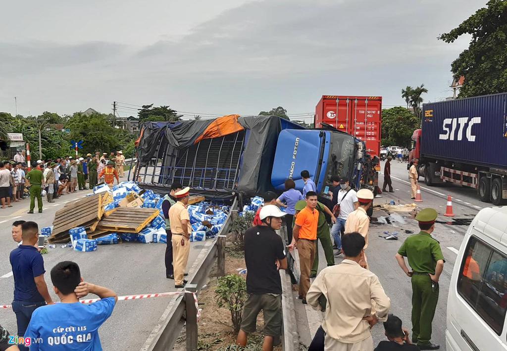Lục lượng cảnh sát có mặt tại hiện trường giải quyết vụ việc và điều tiết giao thông.