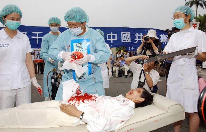Các tình nguyện viên đang tái hiện cảnh mổ cướp nội tạng tại các bệnh viện ở Trung Quốc nhằm phơi bày sự thật ra cộng đồng quốc tế. (Ảnh qua Epoch Times)