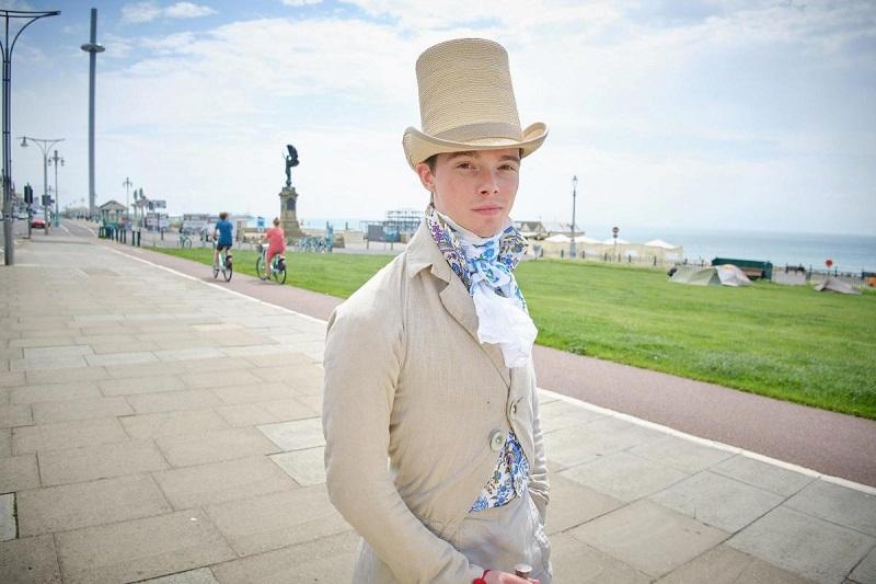 Zack Pinsent, chàng thanh niên chỉ thích ăn mặc như một quý ông ở thế kỷ 19. (Ảnh qua SWNS)