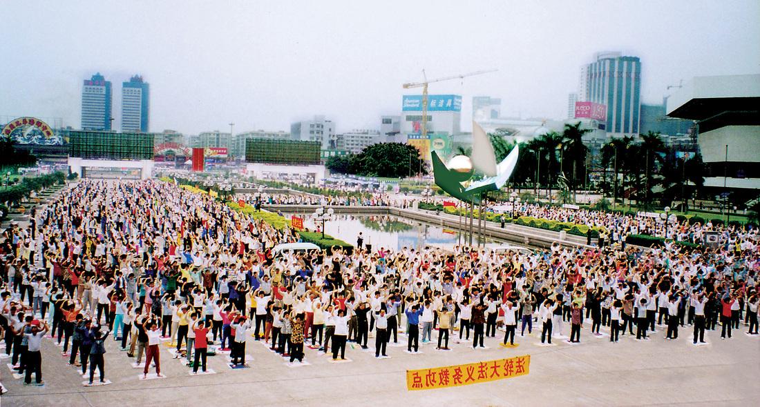 Cảnh tượng người dân Trung Quốc tập Pháp Luân Công khi chưa xảy ra cuộc đàn áp. (Ảnh qua Pinterest)