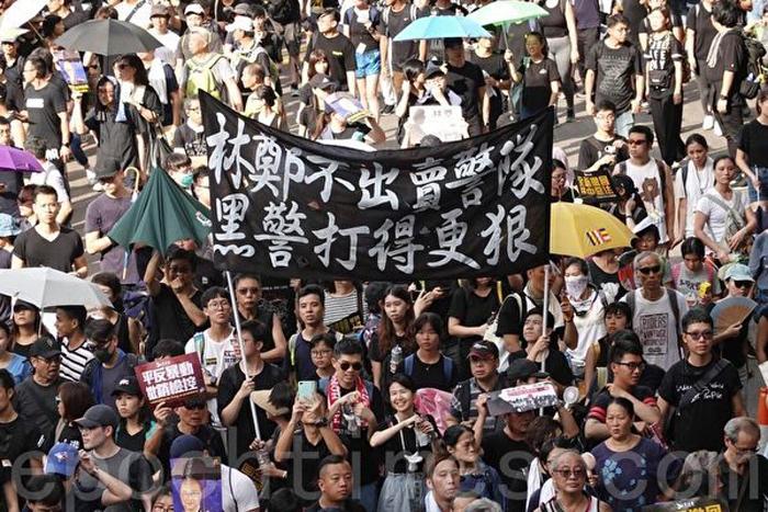 """Ngày 21/7, khoảng 430.000 người Hồng Kông tiếp tục xuống đường diễu hành phản đối """"Luật dẫn độ"""""""
