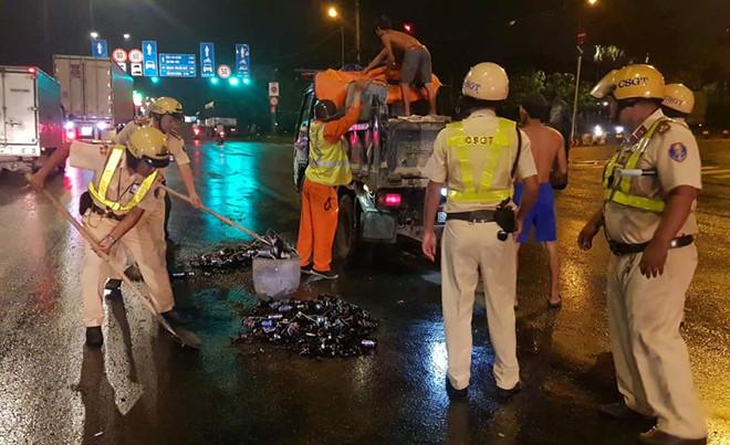 Cảnh CSGT thu gom vỏ bia tại giao lộ QL1 - Lê Thị Riêng (Q.12)