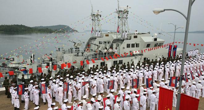 Lực lượng hải quân Campuchia tại lễ tiếp nhận 9 tàu tuần tra do Trung Quốc tặng tại căn cứ hải quân ở Sihanoukville năm 2007