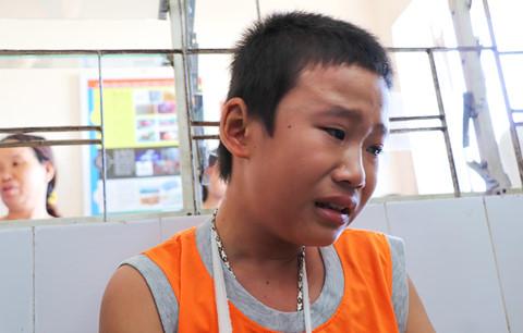 Cháu Linh, cậu bé 13 tuổi bị thanh niên gãy tay, cướp 1,2 triệu đồng.