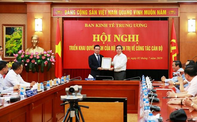 Ông Triệu Tài Vinh (bìa trái) thôi chức Bí thư Tỉnh ủy Hà Giang để giữ chức Phó trưởng ban Kinh tế trung ương