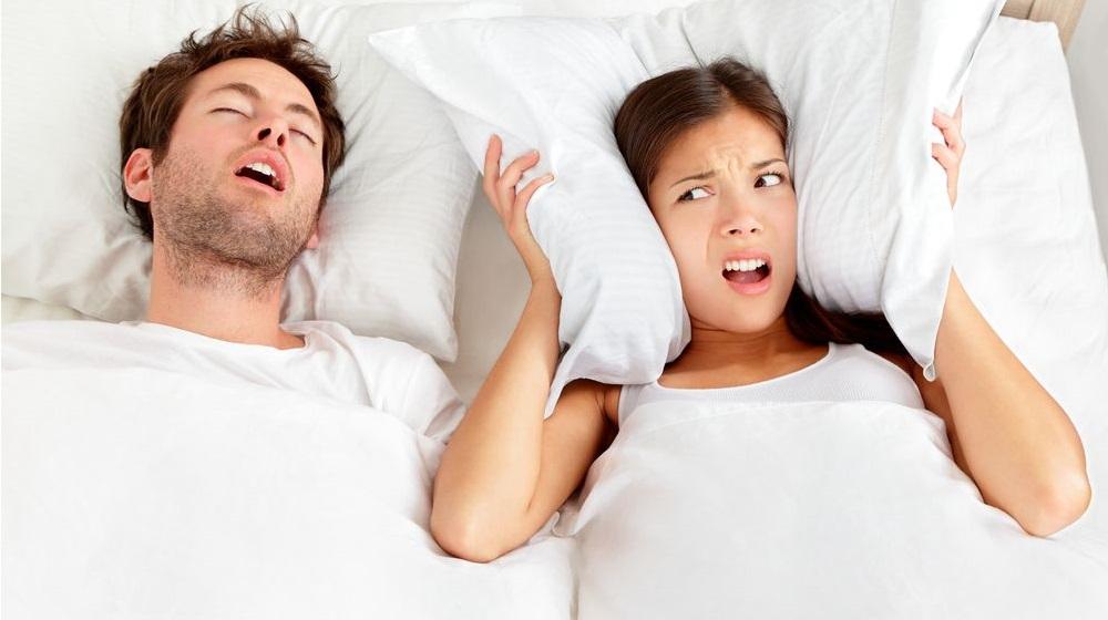 Ngủ ngáy không những ảnh hưởng đến chất lượng giấc ngủ mà còn gây phiền toái cho người xung quanh. (Ảnh qua Popular Science)