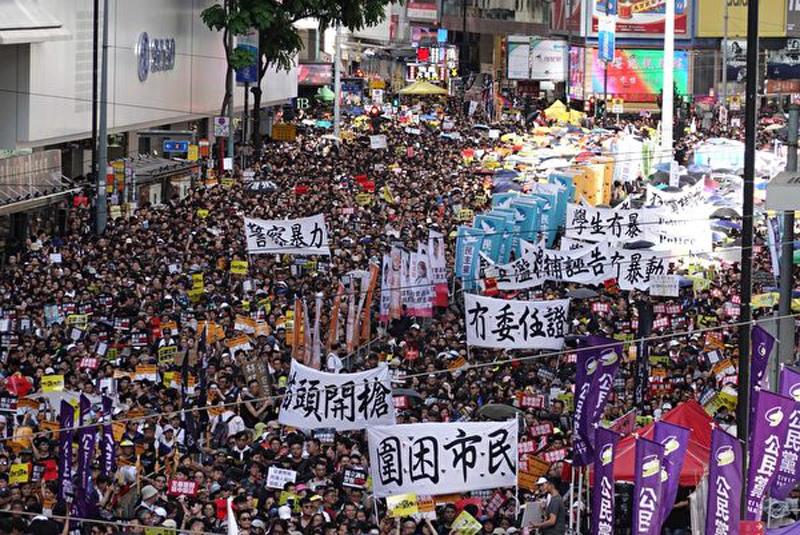 Người dân tay giơ cao các biểu ngữ bày tỏ yêu cầu của mình.