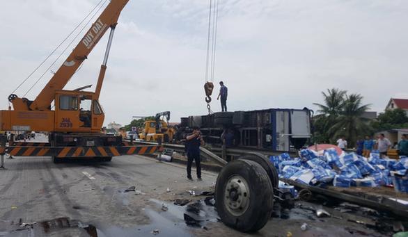 Xe cẩu được huy động để cẩu xe tải gặp nạn, đưa những nạn nhân mắc kẹt ra ngoài.