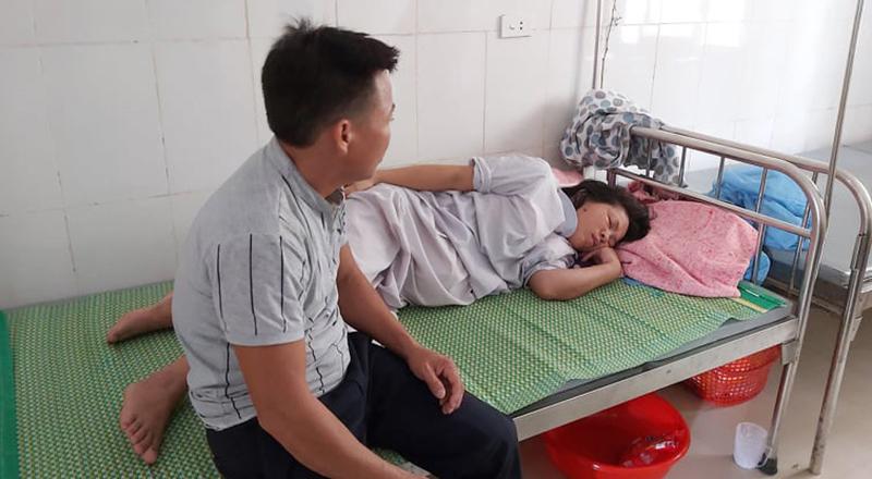 Hà Tĩnh: Bé trai sơ sinh tử vong với vết đứt bất thường quanh cổ - H1