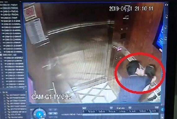 Hình ảnh ông Linh đã ôm ghì, hôn và được cho là có hành vi sờ mó bé gái được camara an ninh ghi lại. (Ảnh qua tintuc)