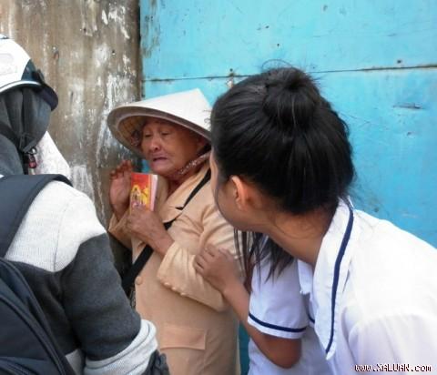 Bà Hoa khóc ngất khi bị cướp mất vé số.