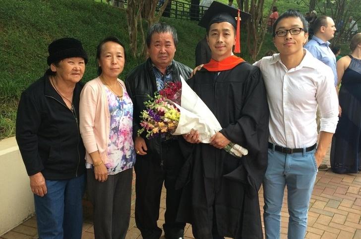 """5. """"Trong gia đình, anh tôi là người đầu tiên tốt nghiệp thạc sĩ. Hôm anh làm lễ tốt nghiệp, bố tôi đã không thể cầm được nước mắt..."""" (Ảnh qua Bright Side)"""