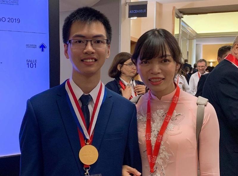 Thí sinh Nguyễn Văn Chí Nguyên cùng cô giáo dạy Hóa học tại Lễ trao giải kỳ thi Olympic Hóa học 2019.