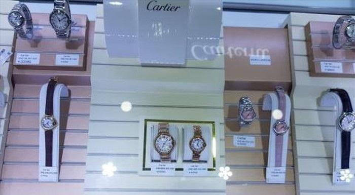 Đồng hồ nhái các thương hiệu nổi tiếng có giá vài trăm triệu đồng.