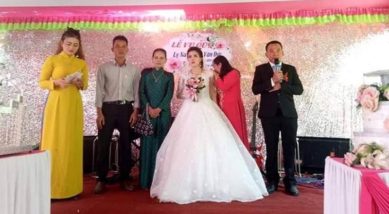 Bố mẹ của cô dâu trong đám cưới ấy cũng không nén được nước mắt.
