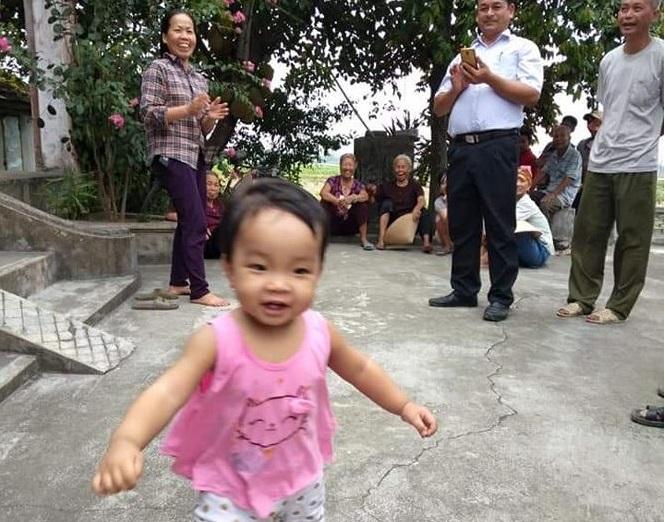 Cháu bé hơn 1 tuổi rất xinh xắn, đáng yêu vẫn vô tư chơi đùa, không hề khóc lóc.