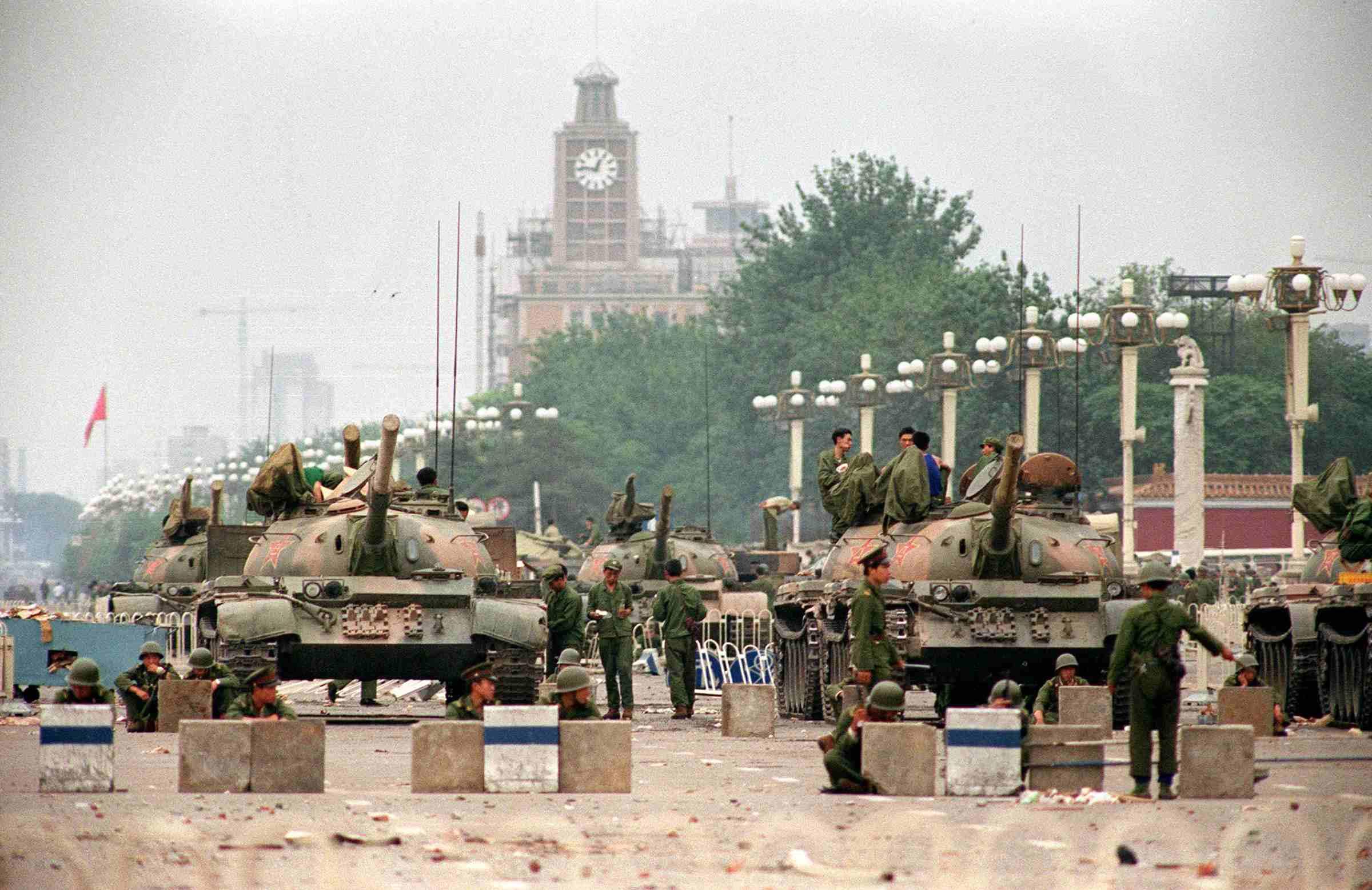 Xe tăng Quân giải phóng nhân dân bảo vệ Đại lộ Trường An chiến lược dẫn đến Quảng trường Thiên An Môn ở Bắc Kinh vào ngày 6/6/1989. (Manuel Ceneta / AFP / Getty Images)