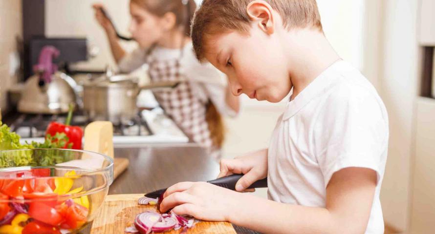 Trẻ em giúp cha mẹ làm việc nhà. (Ảnh minh họa)