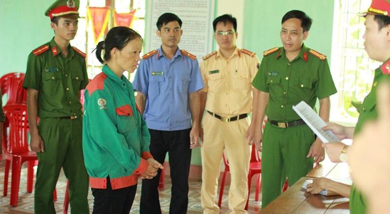 Cơ quan CSĐT huyện Hương Sơn tống đạt lệnh khởi tố đối với Nguyễn Thị Hảo.