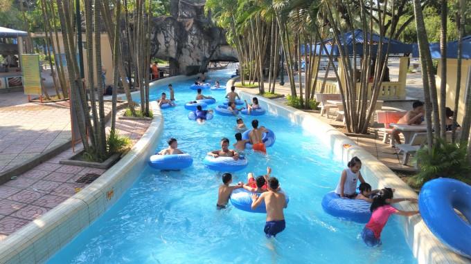 Mùa hè đến, mọi người thường nô nức đi bơi nhưng ít để ý bể bơi ẩn chứa nhiều nguy cơ lây bệnh truyền nhiễm. (Ảnh qua Pháp Luật Plus)