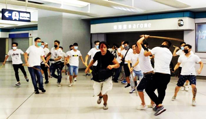 Có ít nhất 36 người bị thương trong vụ bạo lực tại nhà ga đường sắt đô thị Yeun Long của Hong Kong, diễn ra vào khuya 21/7.