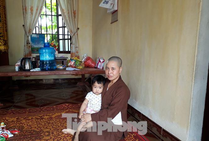 Trự trì Thích Đàm Tươi nhận nuôi cháu bé bị bỏ rơi tại chùa. (Ảnh qua tienphong)