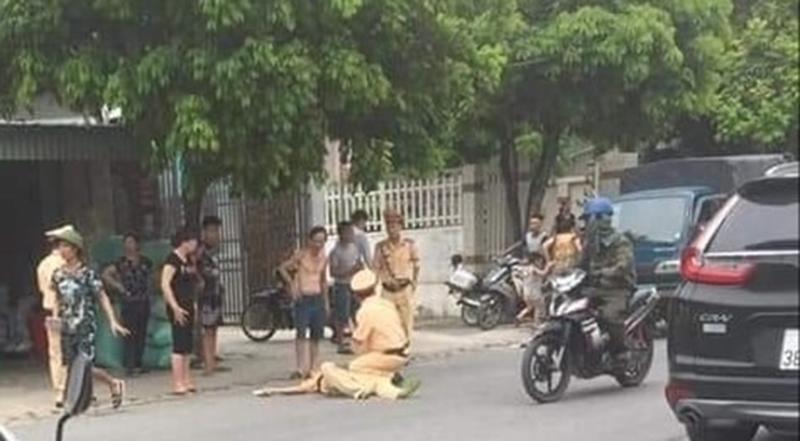 cảnh sát giao thông bị người vi phạm giao thông tông hất văng trên đường