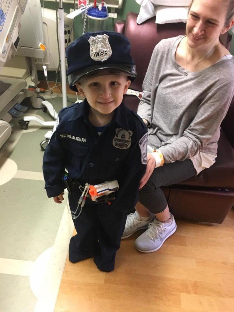 Bác cảnh sát trưởng thành phố đã tặng Nolan bộ đồng phục danh dự của cảnh sát để biến giấc mơ của em thành hiện thực.