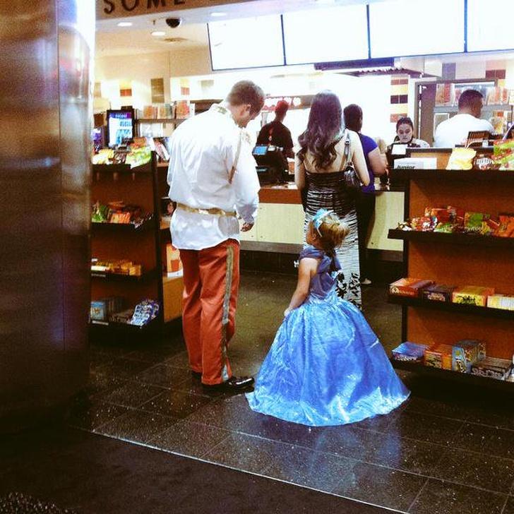 Thời trang hết sức sành điệu của 2 bố con khi đi xem phim Cô bé Lọ Lem. (Ảnh qua Bright Side)