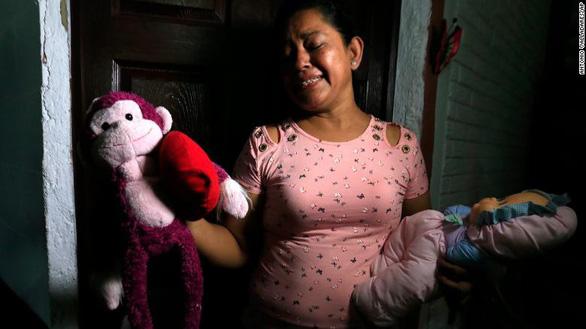 Bà Ramírez và đồ chơi của cháu nội