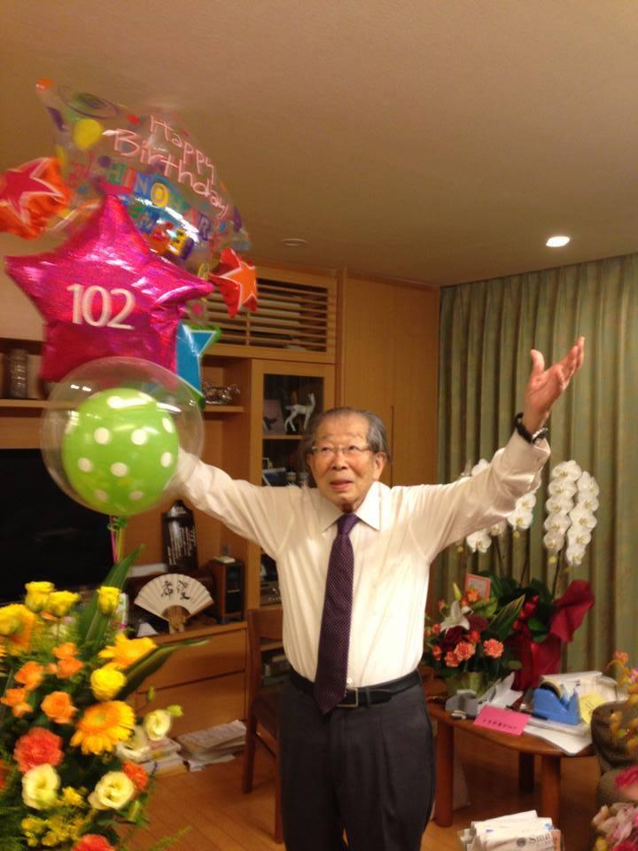 Cụ Shigeaki Hinohara đón sinh nhật lần thứ 102 của mình. (Ảnh qua Mambee)
