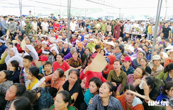 Người thân, chính quyền địa phương làm lễ cầu hồn cho 9 ngư dân mất tích - Ảnh: HỒ SỸ CAN