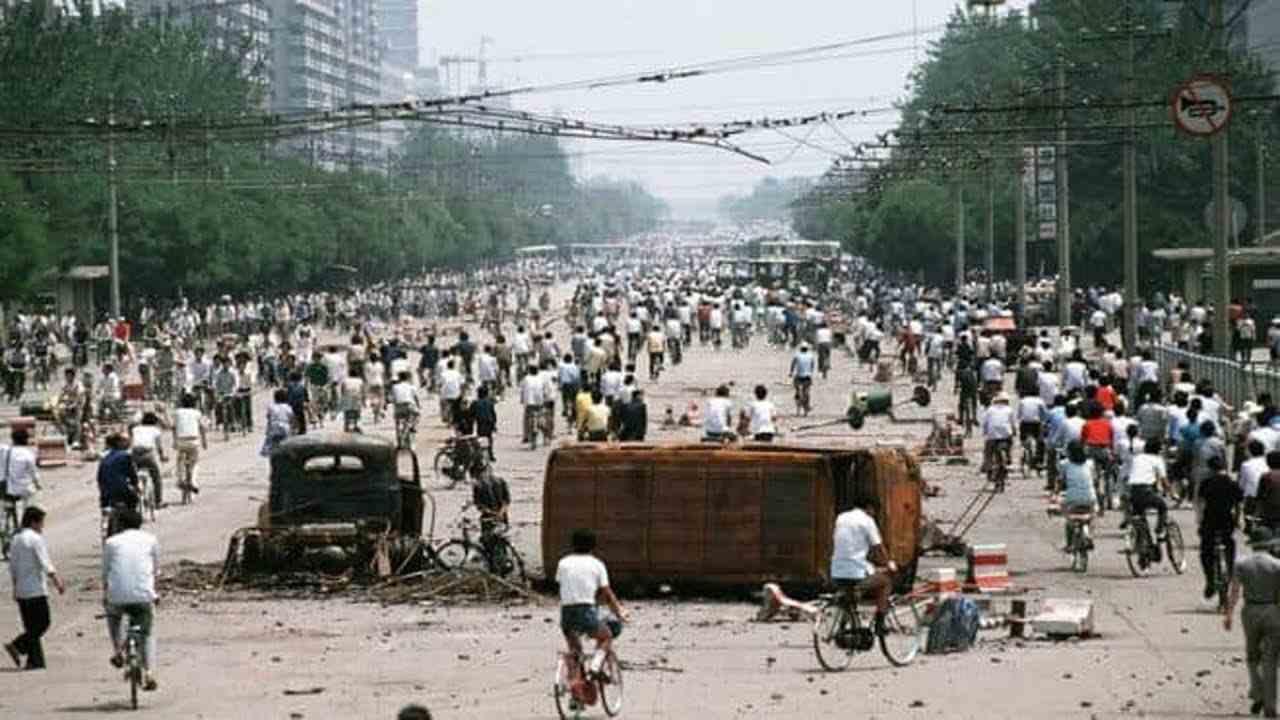 Hình tư liệu chụp cảnh đập phá xe cộ của người biểu tình trong sự kiện thảm sát Thiên An Môn.
