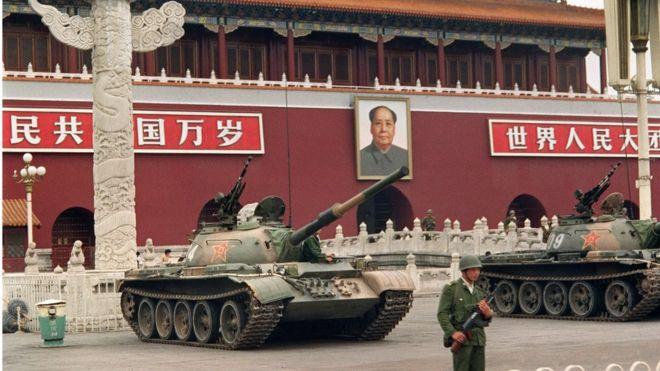Quân Giải phóng Nhân dân Trung Hoa dùng xe tăng trấn giữ Thiên An Môn vào thời gian biến động tháng 6/1989.