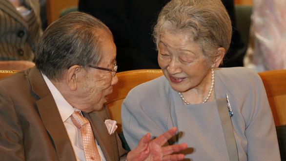 Bác sĩ Shigeaki Hinohara yết kiến hoàng hậu Michiko năm 2016. (Ảnh: AFP)