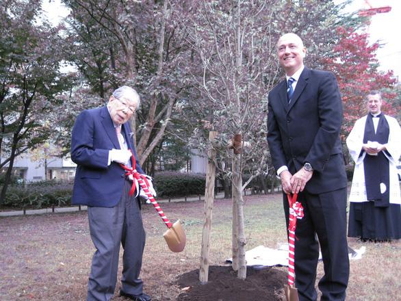 Bác sĩ Shigeaki Hinohara (trái) cùng đại diện Đại sứ quán Mỹ trồng cây tại Bệnh viện quốc tế St. Luke (Nhật). (Ảnh: Đại sứ quán Mỹ tại Nhật)