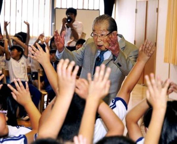 Bác sĩ Shigeaki Hinohara nói chuyện với các học sinh ở Kawamata, tỉnh Fukushima. (Ảnh: smartlystuff.com)