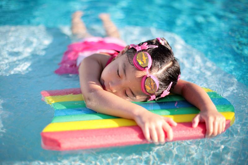 Hãy là người có cách cư xử văn minh khi đi bơi để bảo vệ sức khỏe của bạn thân cũng như mọi người. (Ảnh qua Yandex)