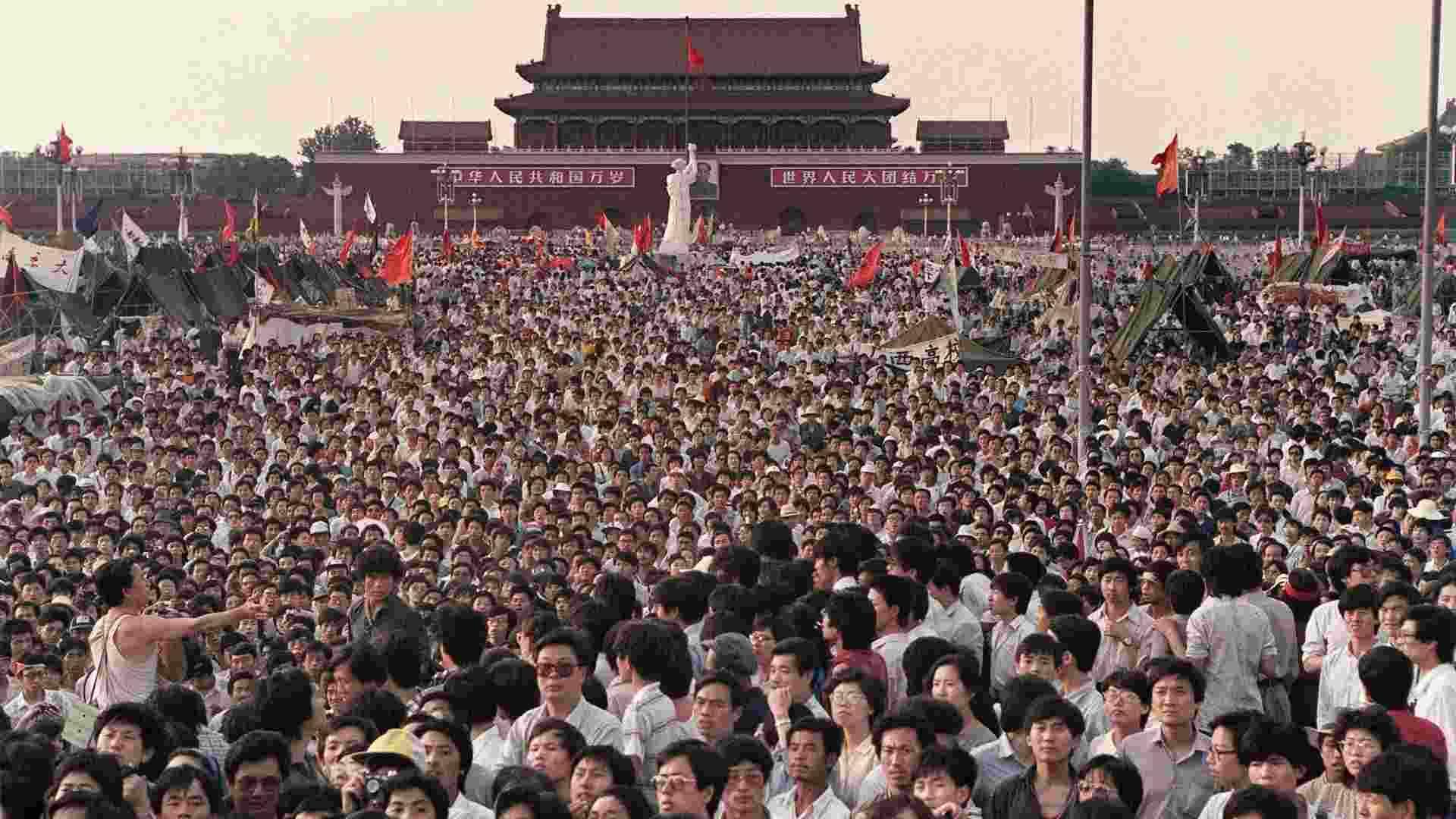 Hàng trăm ngàn người Trung Quốc tụ tập tại Quảng trường Thiên An Môn để yêu cầu dân chủ, bất chấp tình trạng thiết quân luật ở Bắc Kinh vào ngày 2/6/1989. (Catherine Henriette / AFP / Getty Images)