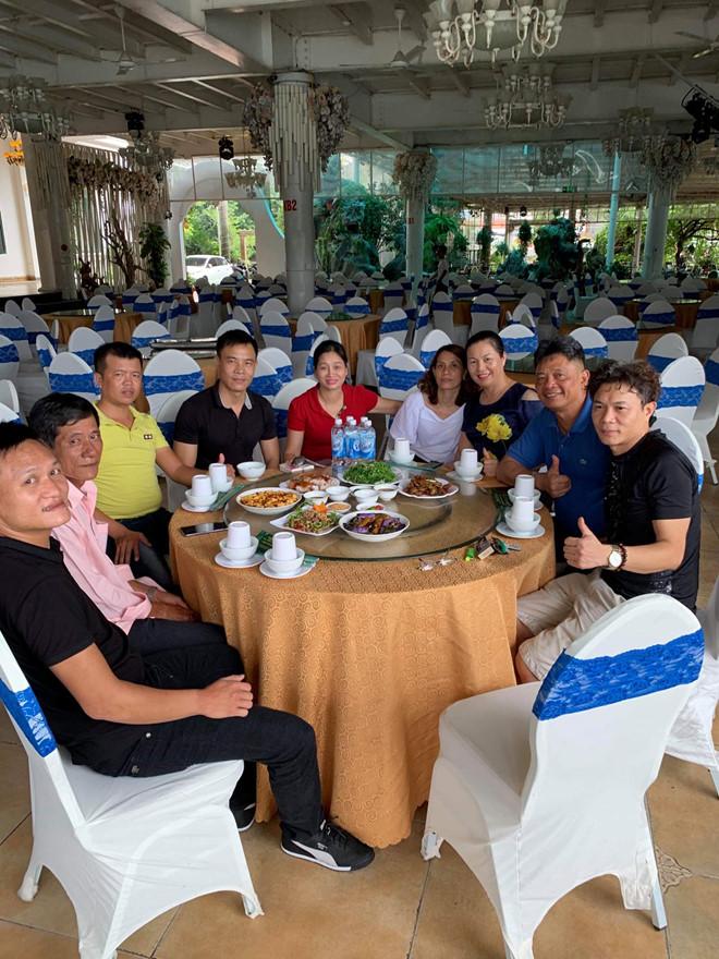 Chị Hon hạnh phúc bên các anh chị em trong gia đình của mình.