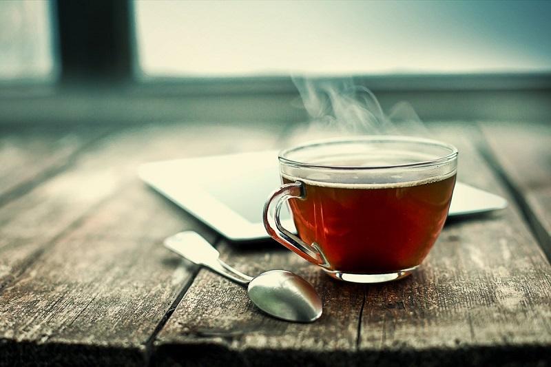 Uống một cốc nước ấm trước khi đi ngủ có thể giúp bạn đẩy lùi tật ngủ ngày. (Ảnh qua Cleveland. com)