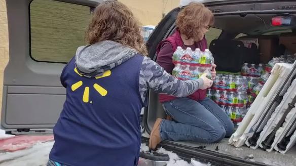 Cặp vợ chồng tốt bụng cung cấp thức ăn và nước miễn phí cho những người kẹt xe
