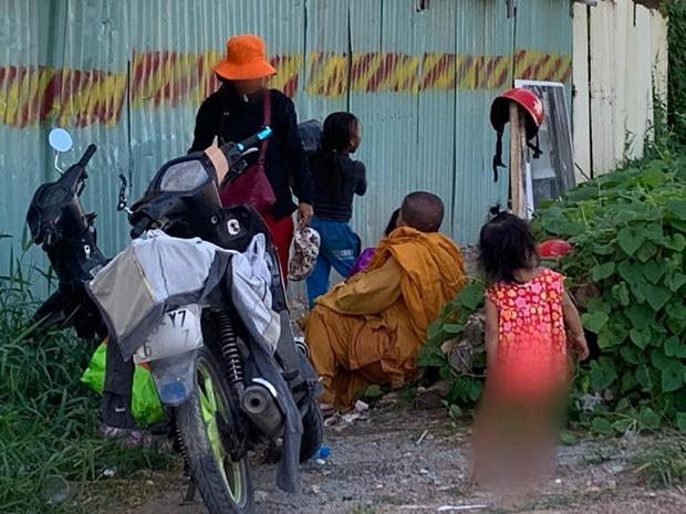 Ăn mặc giả người tu hành, chăn dắt trẻ em đi xin tiền