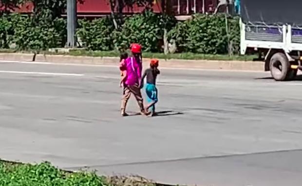 Lũ trẻ đen đúa, ốm nhom với bộ quần áo rách lem nhem trên người, đứng cúi mặt chìa chiếc nón rách ra để cầu xin người đi đường rủ lòng thương.