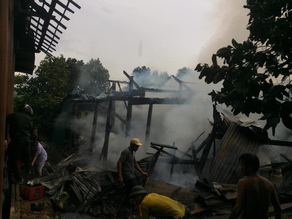 Người dân ra sứuc dập lửa nhưng vẫn không kịp.