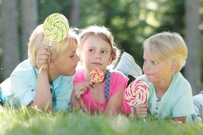 Ăn nhiều thực phẩm ngọt là nguyên nhân hàng đầu dẫn đến sâu răng.